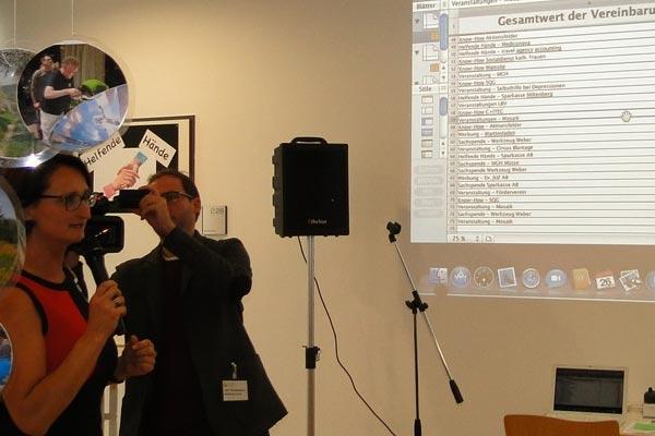 Die Moderatorin Snezana Galijas hielt die Teilnehmer über den aktuellen Stand der Vereinbarungen auf dem Laufenden.